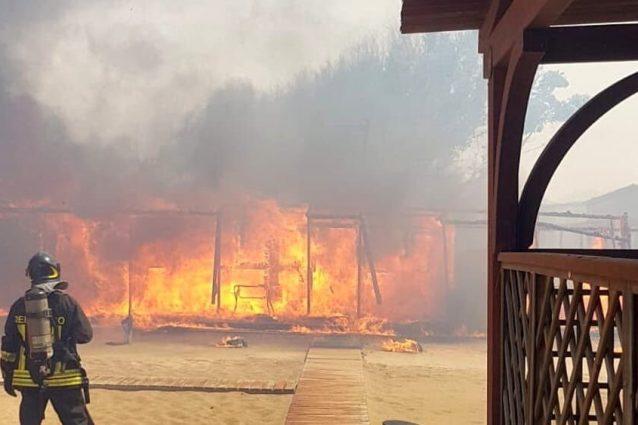 Incendio alla Plaia di Catania (Twitter).