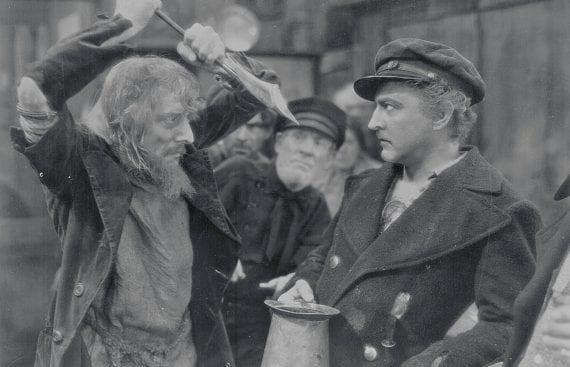 """Un'altra scena da un film tratto dal capolavoro di Melville: """"Moby Dick, il mostro bianco"""" (1930), con John Barrymore."""