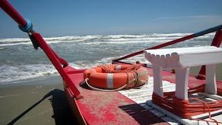 Paura in spiaggia: bambino di 11 mesi rischia di annegare per un'onda: è gravissimo