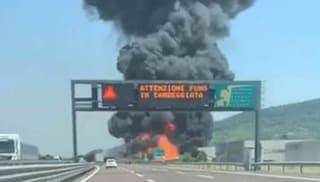 """Vicenza, enorme rogo in un'azienda di Brendola, autostrada chiusa: """"Restate in casa"""""""