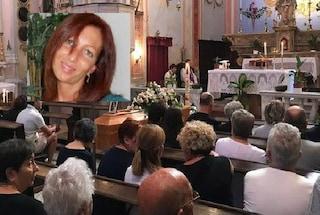 L'ultimo saluto a Deborah, uccisa dall'ex al karaoke: tanta commozione ai funerali