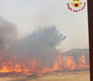 Incendio lido Catania, i pompieri stanno spegnendo le fiamme: cosa è successo nel pomeriggio