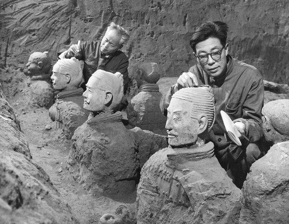 Alcuni archeologi al lavoro sulle prime statue, rinvenute nell'estate del 1974.