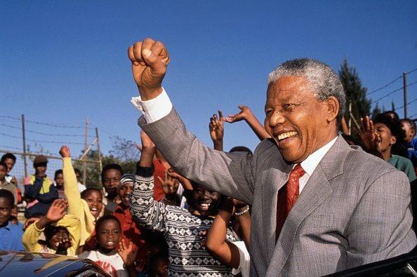 Il presidente sudafricano Nelson Mandela nel 1993, un anno prima dell'elezione, in visita presso la Hlengiwe School.