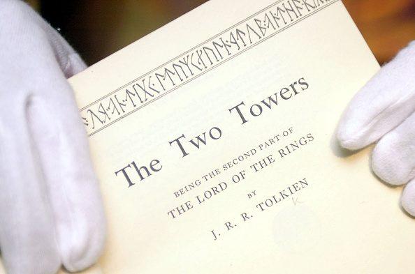 """Copertina della prima edizione di """"Le due torri"""", il secondo volume de """"Il Signore degli anelli"""", pubblicato nel 1954."""