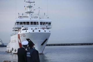 Nave Gregoretti, porti chiusi solo per la Guardia costiera: in Salento sbarcano 80 migranti