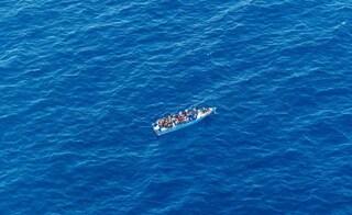 Naufragio al largo della Tunisia, 80 migranti dispersi: allerta di Alarm Phone