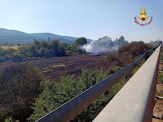 Incendio in provincia di Grosseto, ferrovia bloccata e traffico sull'Aurelia: le foto