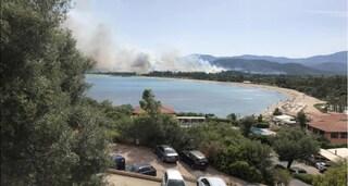 Tortolì, incendio sul litorale: evacuate case e campeggi, in azione i canadair