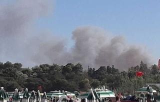 Sardegna, fiamme circondano le spiagge: evacuati campeggi, hotel e colonia