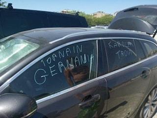 """Vandalizzata l'auto di un turista tedesco: """"Torna in Germania, Karola tr***"""""""