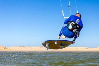 Sardegna, kite surfer salva tre persone che rischiavano di annegare