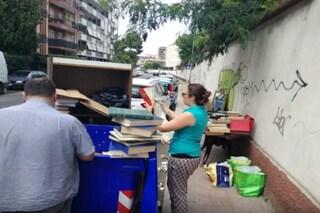Bari, cassonetto pieno di libri diventa una biblioteca a cielo aperto: centinaia di volumi salvati