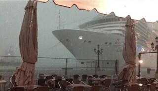 Paura a Venezia, nave da crociera sbanda e rischia di schiantarsi contro molo e barche