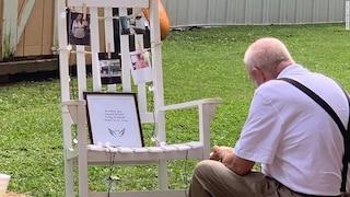 Alle nozze della nipote nonno mangia solo davanti alla foto della moglie morta: lo scatto è virale