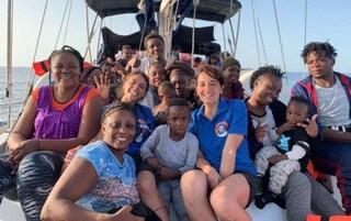 """La Alex salva 54 migranti e punta verso l'Italia: """"Chiesto Lampedusa come porto sicuro per lo sbarco"""""""