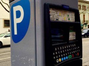 Verona, si allontana in cerca del parchimetro: automobilista multata mentre paga la sosta