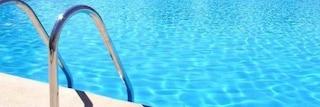 Pisa, bimba di 3 anni cade nella piscina dell'agriturismo e annega mentre gioca con un amico