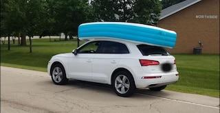 Dimentica i figli nella piscina gonfiabile sul tetto della macchina: arrestata