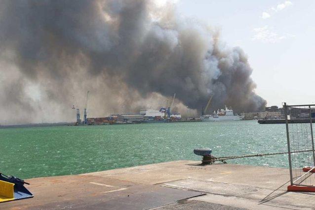 Immagini dell'incendio alla Plaia di Catania (Twitter).