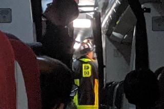 Paura su volo di linea, batteria esplode e va a fuoco: atterraggio di emergenza per l'aereo