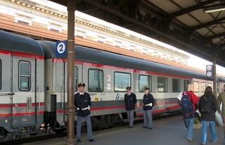 """Costretto a scendere, anziano blocca treno per 7 ore: 600 passeggeri in """"ostaggio"""""""
