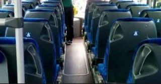 Autobus in panne, comitiva di donne e bimbi lasciati in autostrada: scatta la solidarietà