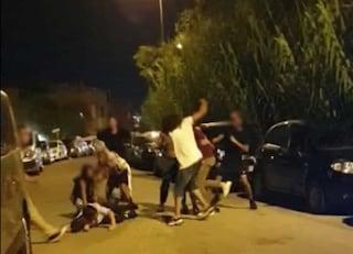 Gallipoli, botte tra giovanissimi nella notte: volano calci e pugni, la rissa in un video