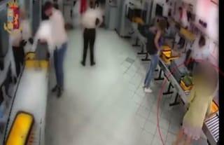 Torino, in aeroporto prende Rolex e bracciale lasciati nei vassoi ai controlli: manager nei guai