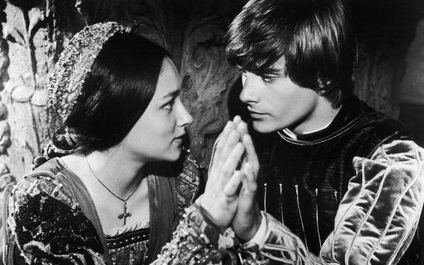 """Olivia Hussey e Leonard Whiting in una delle scene del film """"Romeo e Giulietta"""" diretto da Franco Zeffirelli (1968)."""