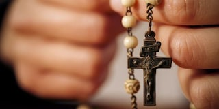Bestemmie durante il rosario in diretta Facebook: 13 denunciati a Brindisi