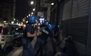 """Morto nel Centro Rimpatri, scontri fuori dalla struttura. La polizia a un giornalista: """"Sparisci"""""""