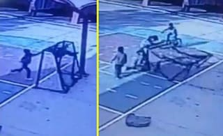 Si arrampica sulla porta del campetto con un amico: bimbo di 10 anni muore schiacciato