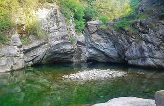 Torino, si tuffa nel torrente ma rimane incastrato tra le rocce: 17enne muore annegato