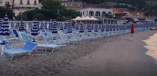 Orrore in spiaggia a Soverato, tra gli ombrelloni scoperto il cadavere di un uomo