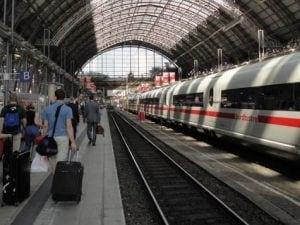Francoforte, bimbo di 8 anni spinto sotto un treno muore