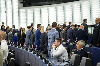 Parlamento Ue, eurodeputati britannici del Brexit Party voltano le spalle durante l'Inno alla Gioia