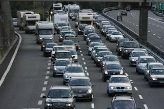 A4, camion sfonda il guardrail: migliaia di auto intrappolate in autostrada, traffico in tilt