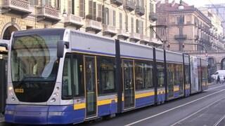Insulti razzisti su una donna araba incinta: lei ha un malore sul tram