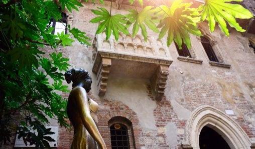 Il celebre balcone di Giulietta e la sua statua, a Verona.