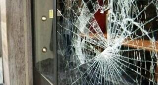 L'Aquila, sferra pugno alla vetrata in uno scatto di ira: 26enne muore dissanguato in casa