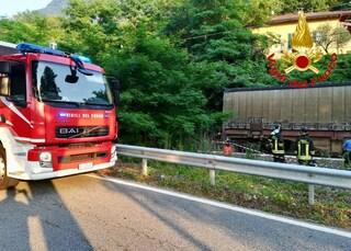 """Maxi incendio a Vallefoglia, in fiamme mobilificio: """"Pericolo nube tossica, chiudete le finestre"""""""