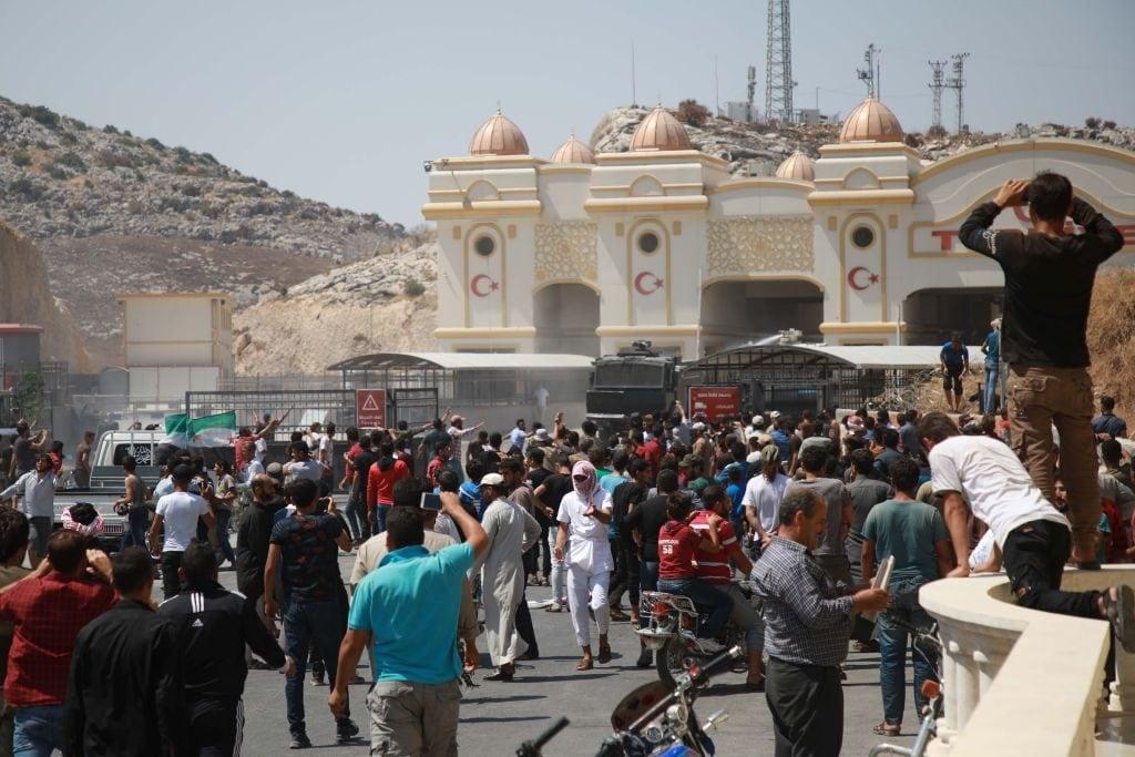 La manifestazione di centinaia di siriana al posto di confine turco di Bab Al Hawa (Gettyimages)