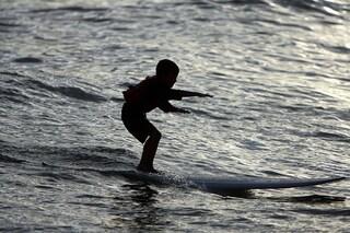 """Francesco, 12 anni, surfista """"eroe"""" in Sardegna: salva un turista che stava annegando"""