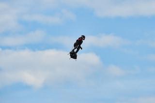 L'uomo volante Franky Zapata questa volta ce l'ha fatta: attraversata la Manica col Flyboard