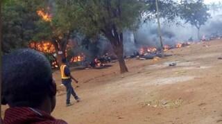 Tanzania, rubano carburante dall'autocisterna ma esplode tutto: 60 morti carbonizzati