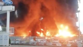 """Incendio a Biella, bruciano rifiuti speciali della ditta Bergadano: """"Tenete chiuse le finestre"""""""