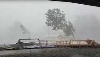 Tromba d'aria a Verbania, il downburst scoperchia tetti e abbatte alberi: 4 feriti