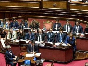 Il governo durante il voto sulla Tav al Senato: da una parte tutti i ministri della Lega, dall'altra quelli del M5s