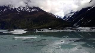 Alaska, gita sulla canoa gonfiabile: turisti travolti e uccisi dal distacco di un ghiacciaio